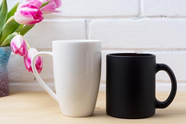 ブラックコーヒーカップとマゼンタチューリップの白いカプチーノマグカップ