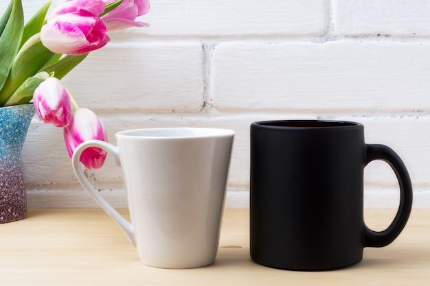 ブラックコーヒーカップとマゼンタのチューリップと白いラテマグカップ