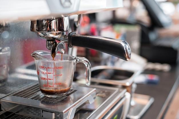커피 메이커에 넣어 측정 컵에 블랙 커피