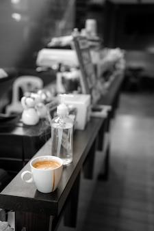 Черный кофе в белой чашке ставят на кофейные столики