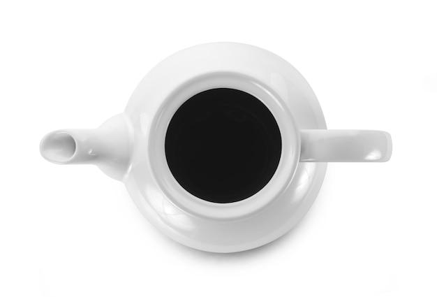 白で隔離の白い水差しのブラックコーヒー