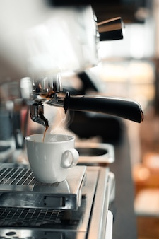 커피 메이커에 블랙 커피 아침