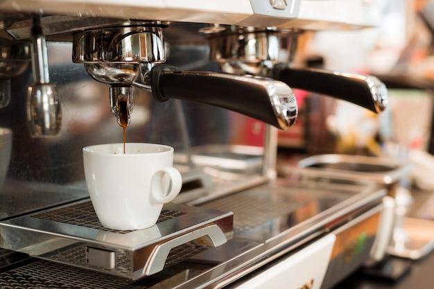 コーヒーメーカーのブラックコーヒーの朝