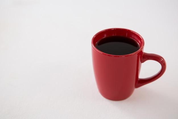 赤いカップでブラックコーヒー