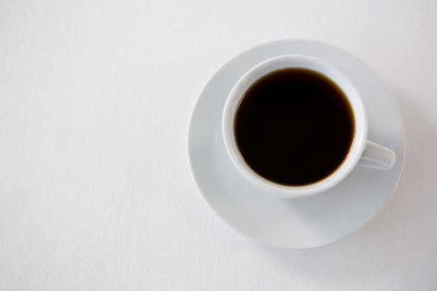 흰색 컵에 블랙 커피 제공