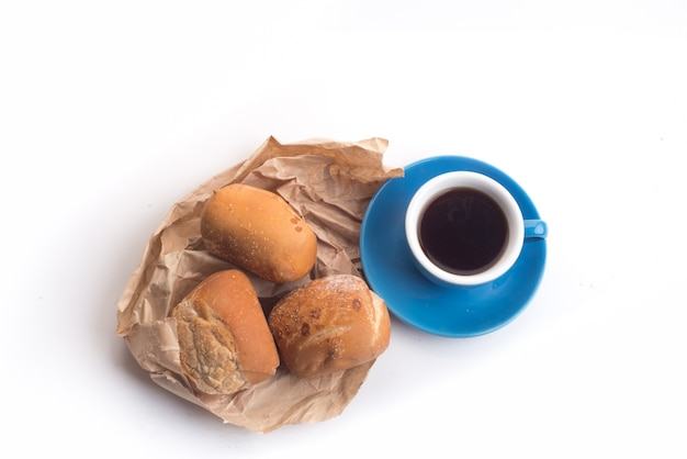 Caffè nero e pane di grano intero per la colazione su sfondo bianco