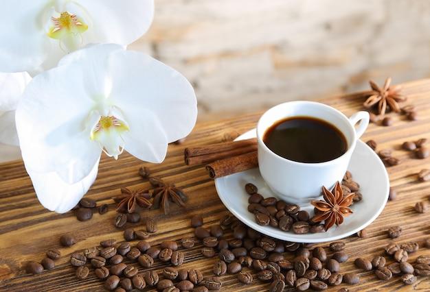 돌 벽과 난초에 계피와 함께 블랙 커피