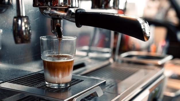 커피 메이커에 우유와 블랙 커피