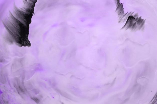紫色の大まかなテクスチャ背景の上の黒い色のブラシストローク