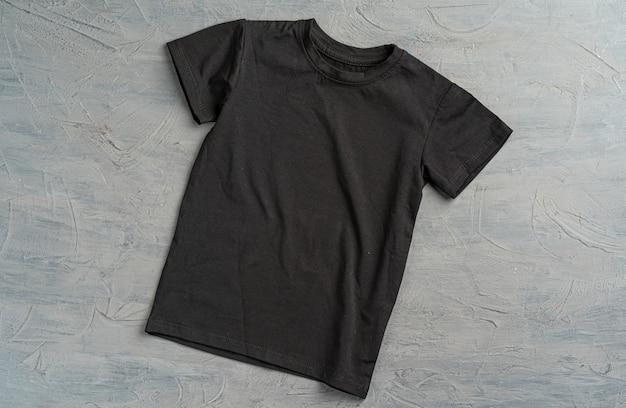 コピースペース付きブラックカラープレーンtシャツのクローズアップ