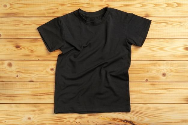 コピースペース付きブラック無地tシャツ