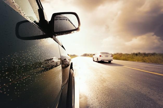 폭풍 구름, 나쁜 날씨 조건 개념 동안 교통 검은 소형 suv 자동차.