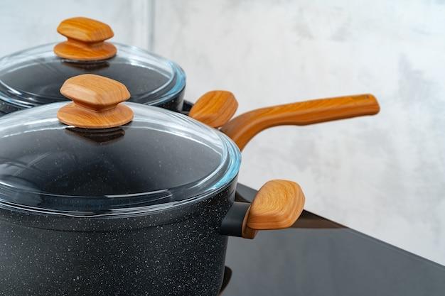 Черная посуда на электрической плите