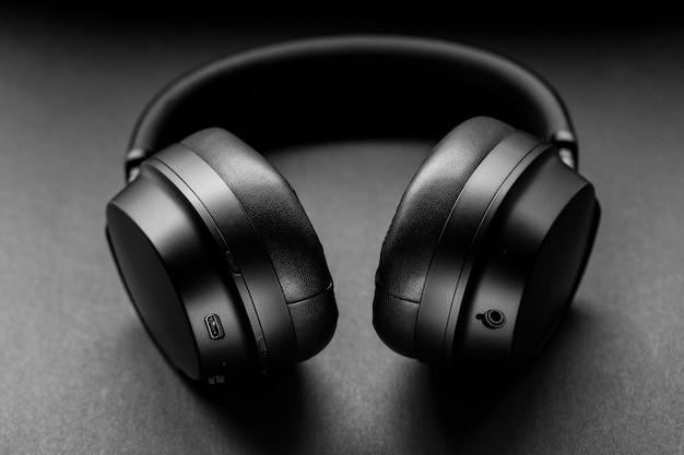 회색 직물에 검은 색 무선 헤드폰