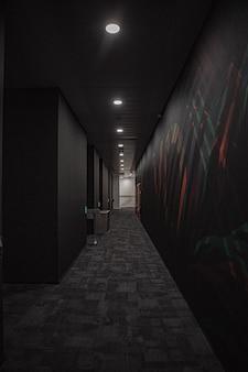 Черный коридор с белыми огнями