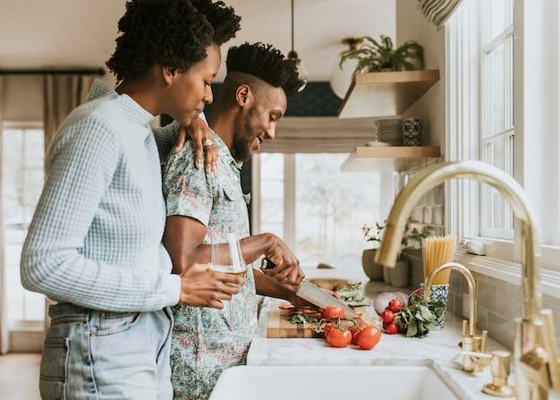 キッチンで料理をする黒人カップル