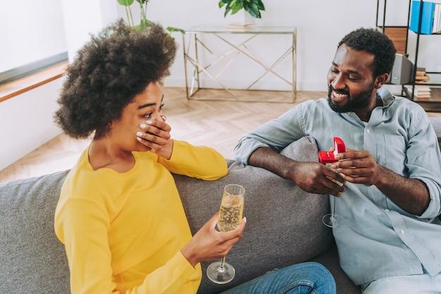 축하하기 위해 집에서 스파클링 와인을 마시는 흑인 커플 - 쾌활한 커플 결합 및 식전주