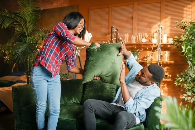 自宅のソファーで楽しんでいる黒のカップル