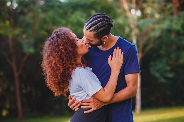 Черная пара в парке в любви. страстная пара влюбленных