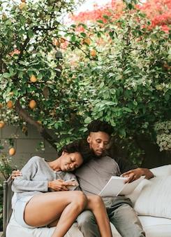 庭で電話を読んで遊んでいる黒人カップル