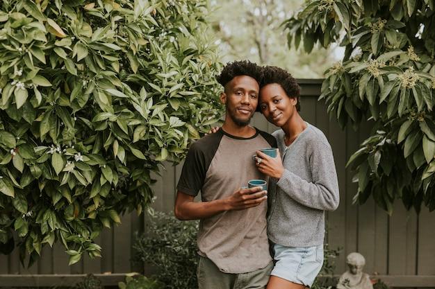 庭でコーヒーと黒のカップル