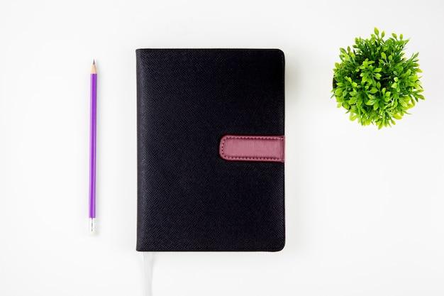 リマインダーのための黒いカバー革ノートまたは日記