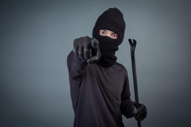 黒い犯罪者は灰色に頭糸を着ていた
