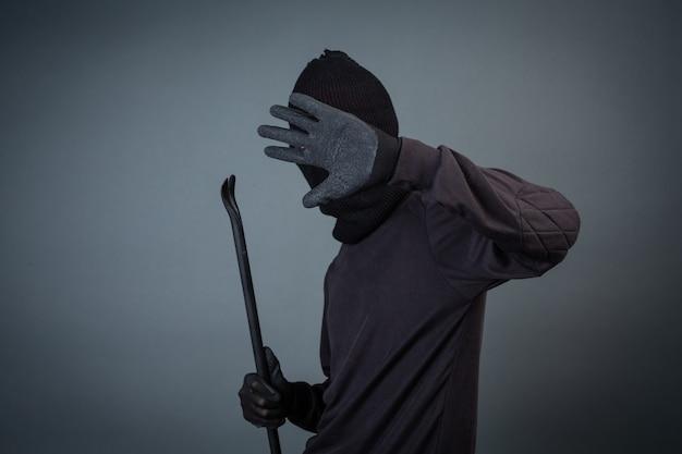 I criminali neri indossavano un capo filato su grigio