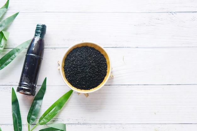 테이블에 있는 항아리에 기름이 든 용기에 있는 블랙 커민