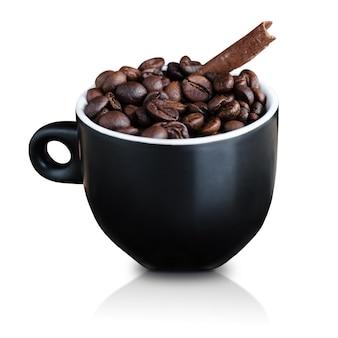白で隔離のコーヒー豆とシナモンとブラックカップ