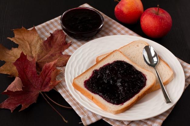 Варенье из черной смородины на свежем хлебе.