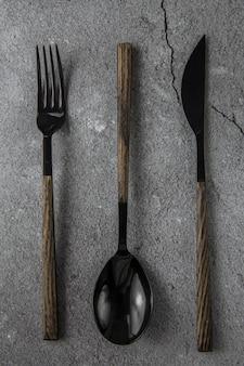 회색 콘크리트에 검은 칼 붙이