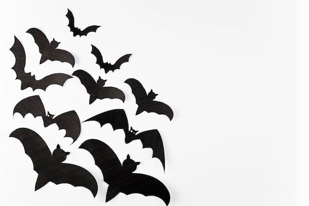 白の背景に黒の装飾のコウモリ