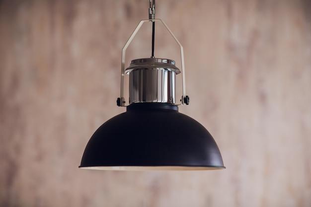 천장에 매달려 검은 장식 램프. 현대 램프