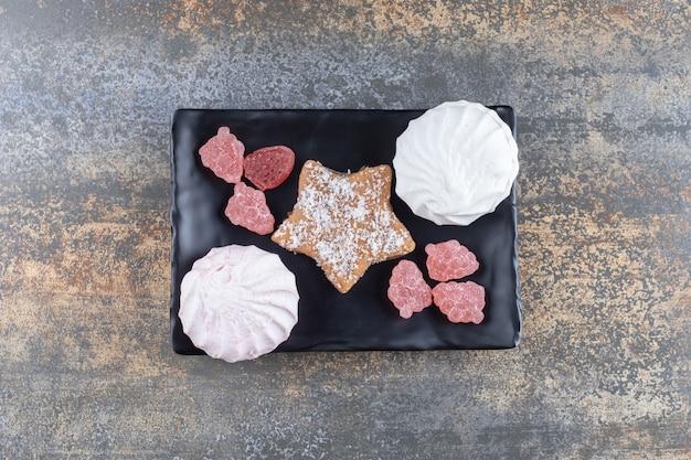 Черное десертное блюдо на деревянной поверхности Бесплатные Фотографии