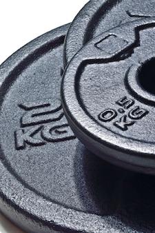 Черные диски разборной гантели с надписью 2 кг. крупный план.