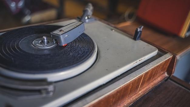 Черные диски на музыкальном проигрывателе