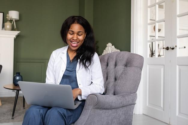 黒人医師は、医療情報の交換のためのコンピューターと電気通信技術の使用を遠隔医療します
