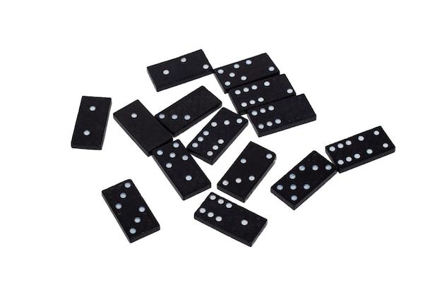 Черные фишки домино с разными белыми числами, разбросанными на белом фоне. изолировать