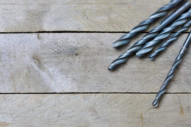 木製のテーブルに黒いドリル