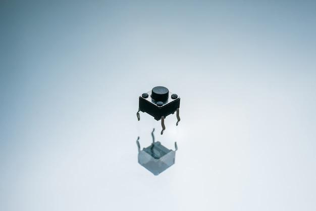 흰색 바탕에 검은 전자 버튼