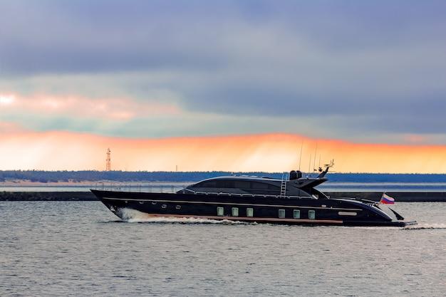 발트해에서 빠르게 이동하는 블랙 엘리트 스피드 모터 보트