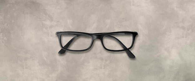 コンクリートの背景に分離された黒い眼鏡
