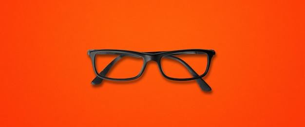 赤い背景バナーで隔離の黒い眼鏡