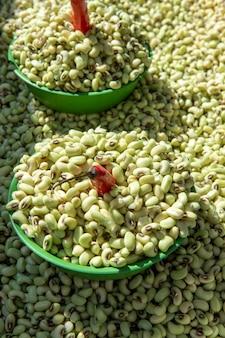 野外市場の屋台で、大量の黒目エンドウ豆。