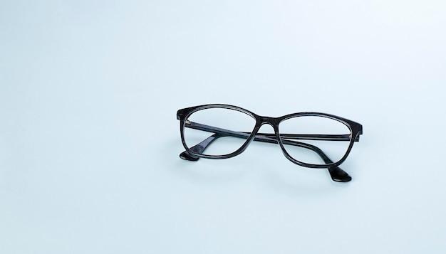밝은 파란색 배경 이미지 복사 공간에 검은 안경