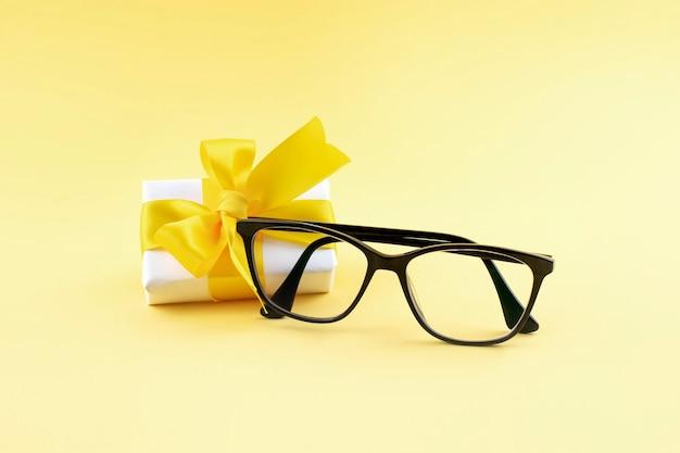 Черные очки на желтой поверхности