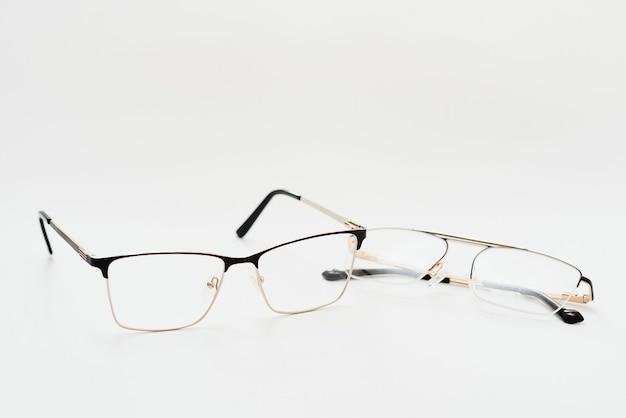Черные очки с белым фоном