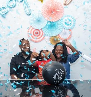 성별 공개를 축하하는 흑인 가족