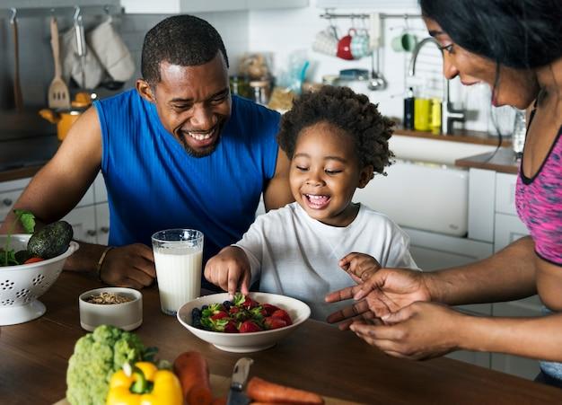 건강 식품을 함께 먹는 흑인 가족